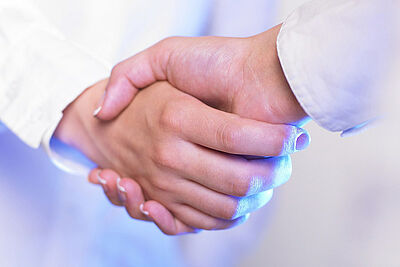 Nicht unhöflich: Auf den Handschlag sollte aktuell verzichtet werden. Foto: Adam Radosavljevic / Pixabay