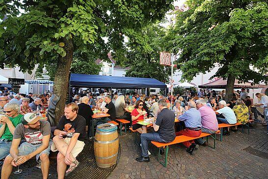 14 12. Durlacher Weinfest - Bereits zum zwölften Mal werden ausgesuchte Weine, Flammkuchen und Winzersteaks beim Durlacher Weinfest auf dem Saumarkt angeboten. (37 Fotos)