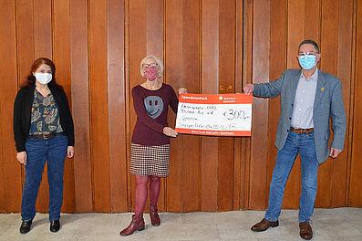 Spendenübergabe an den Gesangsverein Durlach-Aue (v.l.): Schatzmeisterin Zahide Yesil, Eleonore Doll (1. Vorsitzende Gesangsverein), und 1. Vorsitzender Roger Hamann. Foto: Bügda