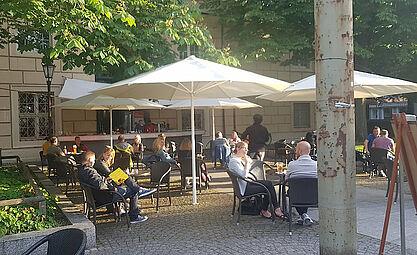 Endlich – Endlich: Das Sommercafé an der Karlsburg hat wieder geöffnet. Foto: pm