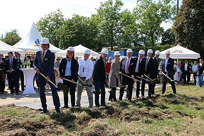 Spatenstich läutet Baubeginn der neuen dm-Zentrale ein. Fotos: cg