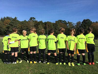 Die F1-Jugend der DJK Durlach mit ihren neuen Team-Shirts. Foto: pm