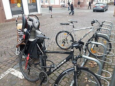 Parkraum für Fahrräder in der Durlacher Altstadt. Foto: cg