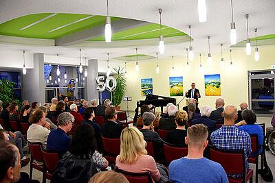 Sozialbürgermeister Martin Lenz feierte zusammen mit zahlreichen Gästen das Jubiläum. Foto: Heimstiftung Karlsruhe