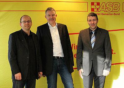 V.l.n.r.: Christoph Nießner (Vorsitzender ASB Karlsruhe), Jochen Schmidt (Geschäftsführer Schmidt & Eger GmbH), Achim Dippold (Geschäftsführer ASB Karlsruhe) bei der offiziellen Vorstellung des BHKWs. Foto: pm