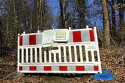 Absperrung des Waldweges in der Bergwaldsiedlung. Foto: Forstamt / Stadt Karlsruhe