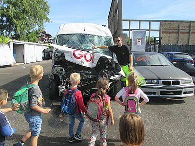Funkenflug und Auto-Crash: Kinder auf Entdeckungstour. Foto: pm