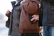 Machen Sie es den Taschendieben nicht leicht. Tragen Sie Ihre Wertsachen in Innentaschen am Körper. Foto: www.polizei-beratung.de