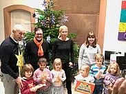 Der liebevoll geschmückte Weihnachtsbaum kann im Foyer des Rathauses bewundert werden. Foto: pm
