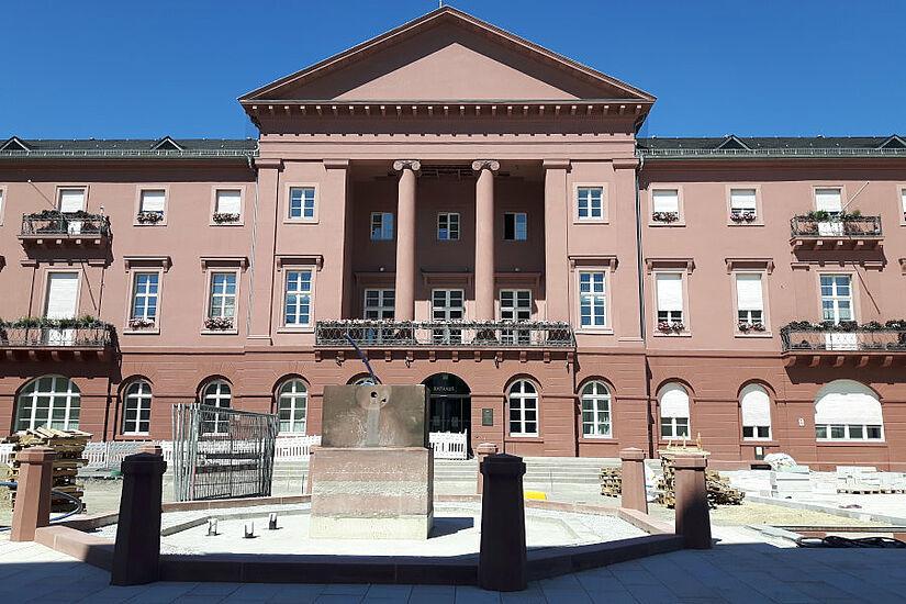 Brunnen auf dem Karlsruher Marktplatz während der Umbauphase. Im Hintergrund ist das Rathaus zu sehen. Foto: cg