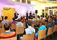 Werben um Handwerkernachwuchs: Kreishandwerksmeister Frank Zöller eröffnete die craft.roadshow in der Ev. Jakobusschule. Foto Stadt Karlsruhe
