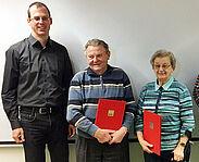 Der scheidende Vorsitzende der SPD Durlach, Stefan Volz, überreichte Charlotte Henkenhaf und Hermann Roell ihre Ehrenurkunden für langjährige Unterstützung und Mitgliedschaft. Foto: pm