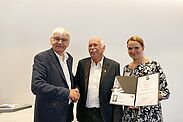 (v.l.) Prof. Dr. Jürgen Morlok, Günther Malisius und Johanna Hasting, Geschäftsführerin der Reinhold-Maier-Stiftung. Fotos: pm