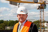Erich Harsch auf der damaligen Baustelle der dm-Zentrale in Durlach. Foto: cg
