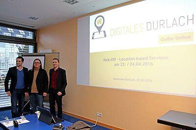 Digitales Durlach erleben: Auftakt mit Prof. Jürgen Seitz (l.), Ortsvorsteherin Alexandra Ries und Stephan Theiß (Gelbe Seiten Marketing Gesellschaft). Fotos: cg