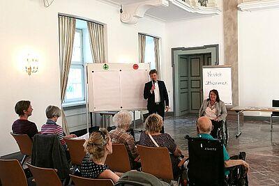 Bereits 2018 war Ulrike Wernert, Kommunale Behindertenbeauftragte, mit ihrer Stadtteil-Sprechstunde und OB Mentrup zu Gast in Durlach. Foto: om