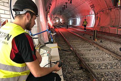 Prüfen und ersetzen: Durch den Wasserschaden nass gewordene elektrische Leitungen werden wie hier am Europaplatz geprüft. Foto: Kasig