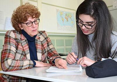 """Claudia Rath-Wiemer (l.) unterstützt innerhalb des Projekts """"BeoCoach"""" Realschülerin Anahit Karapetyan vor allem in Deutsch. Bild: stja"""