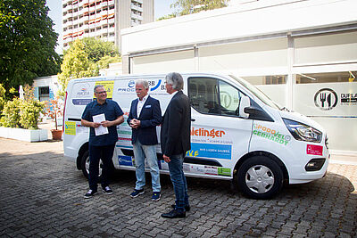 (v.l.) Pastor Graziano Gangi, Bernhard Greive und Bernd Hofmann bei der Übergabe des neuen Fahrzeugs. Fotos: pm