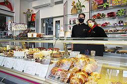 Andreas und Roswitha Kehrle freuen sich auf Kundschaft: Nach jetzigem Stand wird das Café Kehrle in Durlach auch am Karfreitag für drei Stunden seinen Ladenverkauf öffnen (13 bis 16 Uhr). Foto: cg