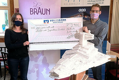 Starke Aktion! 2.900 Euro an Spenden durfte KJH-Leiterin Nadine Mössinger von Konditormeister Andreas Kehrle entgegennehmen. Foto: pm
