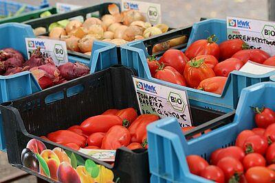 Frisches Obst und Gemüse der HWK-Gärtnerei sind auf vielen Märkten in der Region erhältlich. Foto: cg