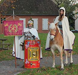 Pferd Nila und St. Martin am 11. November an der Kapelle am Basler Tor und auf dem Durlacher Schlossplatz. Foto: pm