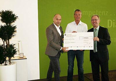 Vorsitzende Roland Laue (l.) und Thomas Rößler (r.) nahmen die Spende von Detlef Kloppert entgegen. Foto: pm