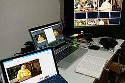 Streaming der Gottesdienste aus St. Peter und Paul: Die Bildregie in der Sakristei. Foto: pm