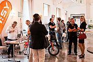 Netzwerken im Festsaal der Karlsburg bei der 4. KA-PF-Leistungsschau. Fotos: cg