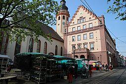 Der Durlacher Wochenmarkt versorgt von Montag bis Samstag die Bevölkerung der Markgrafenstadt mit frischen Produkten – oftmals regional angebaut. Foto: cg