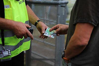 Die Rückgabe der Tickets ermöglicht dem Team von DAS FEST Planungssicherheit. Foto: cg