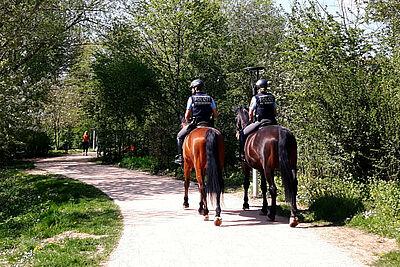 Wie hier im Ettlinger Horbachpark war am Karfreitag die Polizei auch auf dem Pferderücken unterwegs. Foto: cg