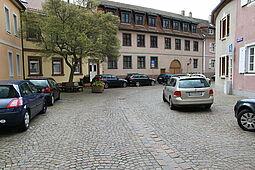 In der Durlacher Altstadt wie hier in der Amthausstraße herrscht hoher Parkdruck – auch mit Anwohnerparkausweis ist es schwierig, in den Abendstunden einen Parkplatz zu finden. Foto: cg
