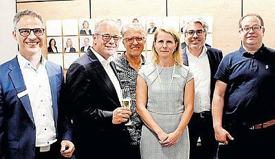 Forum in der neuen Volksbank-Filiale: Filialdirektor Oliver Kramer (l.) mit seinen Kollegen sowie DurlacherLeben-Vorsitzender Marcus Fränkle (2. v. r.) mit seiner Vorstandschaft. Foto: Knopf/wobla