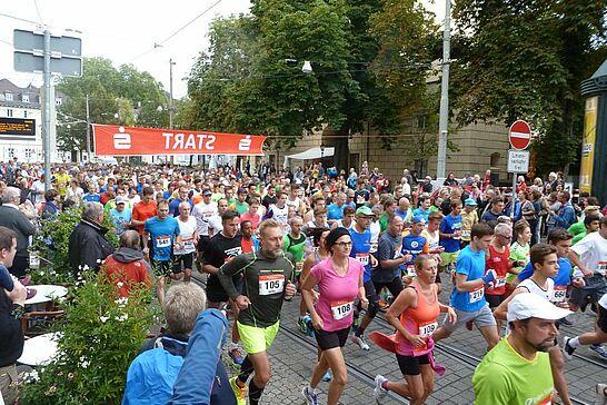 01 24. Durlacher Turmberglauf: 10-km-Volkslauf - Der Turmberglauf ist ein flacher, schneller Stadtlauf mit einem kleinen Ausflug ins Grüne - 2016 zum 24. Mal. (43 Fotos)