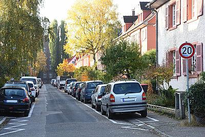 Legales Gehwegparken auf beiden Seiten: 3,10 Meter muss die vebleibende Fahrgasse mindestens breit sein, damit Rettungsfahrzeuge und Müllabfuhr passieren können. Foto: pm