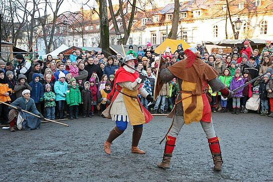 Dezember - Saubraterei & Badische Schwertspieler: Am dritten Adventswochenende ging es auf dem Mittelalterlichen Weihnachtsmarkt wieder rustikal zu. (1 Galerie)