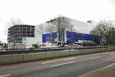 Keine wesentlichen Änderungen in der Verkehrsführung: Die Durlacher Allee bleibt in dieser Bauphase entlang der Baustelle in beiden Fahrtrichtungen einstreifig befahrbar.  Foto: cg