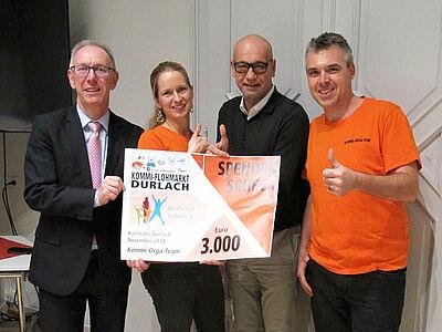 Ralf Michalzik vom Kommi-Orga-Team (l.) übergab den Spendenscheck an Durlacher Selbst e.V. Foto: pm