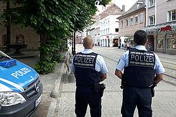 Polizeikontrolle in der Fußgängerzone. Foto: cg