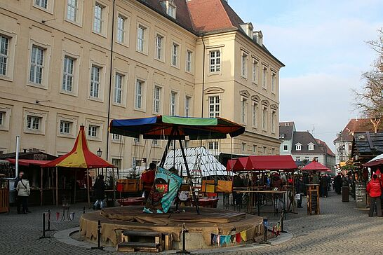 Dezember - Viele Durlacher verbringen auf dem Mittelalterlichen Weihnachtsmarkt ihre Mittagspause – hier ein paar Impressionen. (1 Galerie)