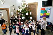 Mit großer Freude dekorierten die Kindergartenkinder den diesjährigen Weihnachtsbaum im Durlacher Rathaus. Foto: pm