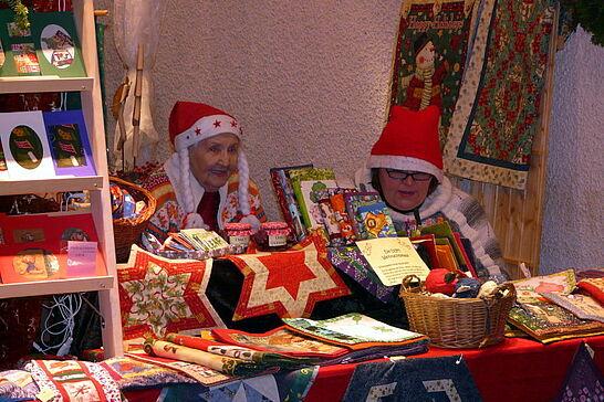 Dezember - Weihnachten in Durlach: Im Dezember duftete es lecker und glitzerte überall - auch der Weihnachtsmarkt im Rathaus war ein voller Erfolg. (1 Galerie)