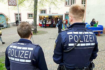 Auch in Durlach wird kontrolliert, ob Abstände und das Tragen von Masken auf dem Wochenmarkt eingehalten werden. Foto: cg