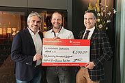 Hotelier Marcus Fränkle (l.) übergab symbolisch die Spende an Vorstand Jochen Wackershauser (Mitte) und Manuel Iglesias vom Handball-Förderverein der TSD. Foto: pm