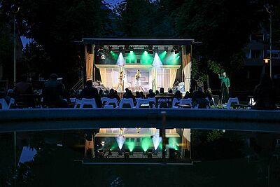 """Endlich wieder vor Publikum: Auftakt des Kammertheaters Karlsruhe mit """"Traumschöff"""" am 28. Mai im Durlacher Schlossgarten. Foto: cg"""