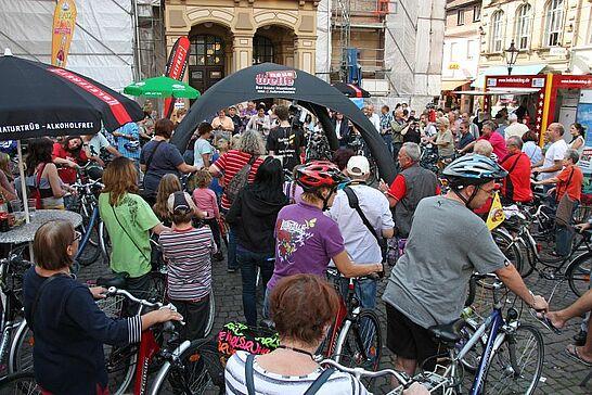 """28 """"die neue welle"""" – Sommertour 2013 - Durlach gewann die Sommerwette der neuen welle. Weit über 100 Fahrradfahrer kamen auf den Marktplatz und klingelten lautstark. (31 Fotos)"""