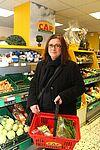 Ortsvorsteherin Alexandra Ries beim Einkauf im CAP-Markt Durlach. Foto: cg