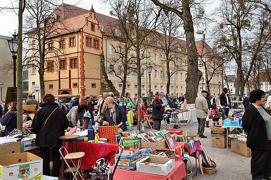 26 77. Kruschtlmarkt - Vor dem herrlichen Hintergrund der Durlacher Karlsburg findet einer der schönsten Flohmärkte in der Umgebung statt. (49 Fotos)